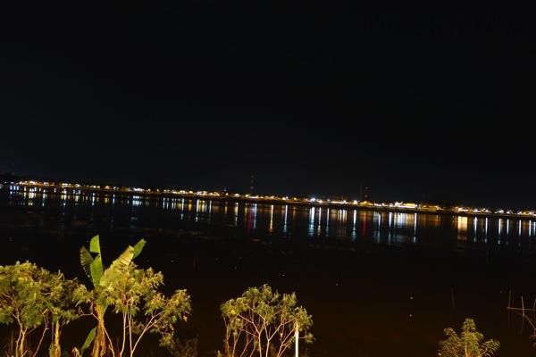 夜のメコン川