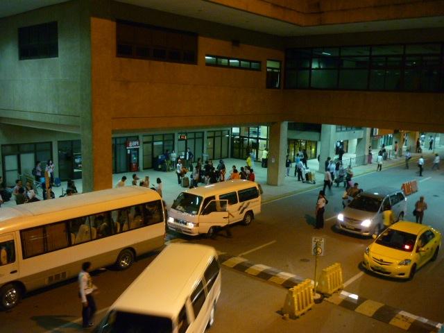 マクタン空港到着出口前